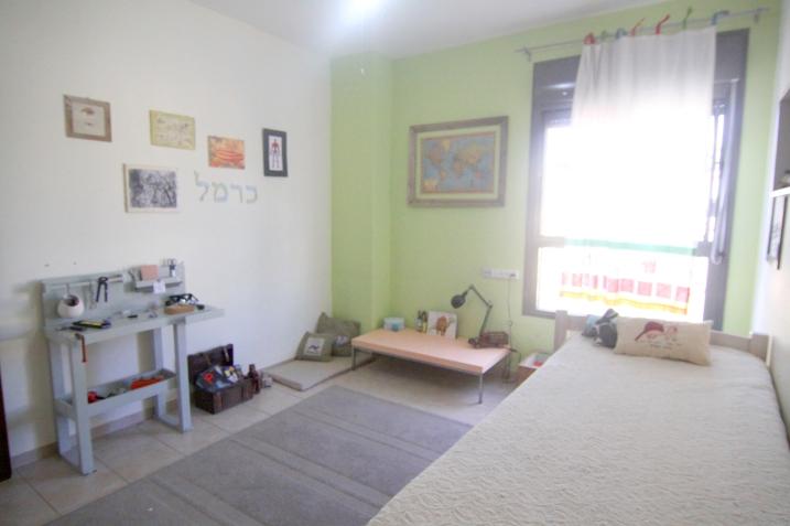 חדר ילדים עם שולחן עבודה